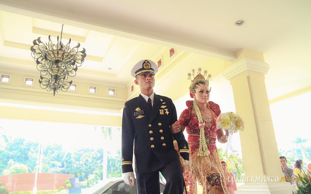 foto pernikahan pedang pora adat jawa