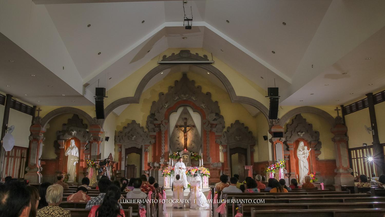foto pemberkatan nikah di gereja